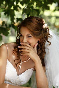 Brautfrisur Lockig offen seitlich hochgesteckt mit Blüten
