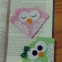 Marcadores de páginas confeccionado em feltro, serve em todos os tamanhos de livros. Origami Bookmark Corner, Felt Bookmark, Bookmark Craft, Diy Bookmarks, Paper Crafts For Kids, Foam Crafts, Diy And Crafts, Sewing Projects For Kids, Sewing Crafts
