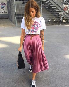 15 looks para quem ama t-shirt - Guita Moda Sunday Outfits, Mode Outfits, Skirt Outfits, Spring Outfits, Pleated Skirt Outfit, Midi Skirt, Modest Fashion, Skirt Fashion, Fashion Outfits