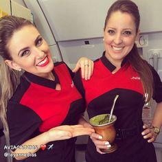 """""""Ame a vida e os bons amigos, pois a vida é curta e os bons amigos são poucos."""" Comissárias Layanne e Vanessa ❤️✈️✨ #crewlife #future #flightattendant #aeromoça #stewardess #aeromoças #comissáriasdebordo #flyaway  #comissárias #avianca #fly #revistatripulante #aero #tripulantes #thinkredavianca #aviacaocms #aviancaemrevista #comissariasdevoo #aviancabrasil"""