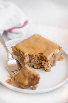 Vegan Banana Spice Cake with Peanut Butter Glaze: An incredibly moist and tender gluten free and vegan cake that's spiced with the flavors of fall! It's completely refined sugar-free - including the 3 ingredient peanut butter glaze! || fooduzzi.com recipe