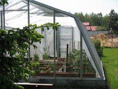 Szklarnia jest wykonana z profili stalowych ocynkowanych wypełnianych szkłem o grubości 4 mm.  Istnieje możliwość dokupienia dodatkowych drzwi i okna oraz wydłużenia szklarni poprzez dołożenie dodatkowych segmentów.