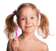 Vieles im Leben lässt sich einfach reparieren, doch bei Kinderzähnen können Schäden nachhaltig fatal sein. Hat ein Kind einmal Karies, verbreitet er sich im Fluge bei allen Zähnen. Um das zu vermeiden ist eine besonders gute Zahnhygiene enorm wichtig.