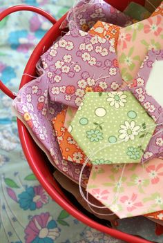 english paper piecing maybe one day i; be focused enough for hexies Quilting Tips, Quilting Tutorials, Hand Quilting, Hexagon Quilting, Quilt Art, Paper Piecing Patterns, Quilt Patterns, English Paper Piecing, Pillowcase Dresses
