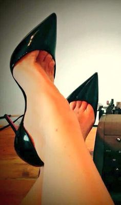 Black patent D'orsay heels. Tacchi Close-Up #Shoes #Tacones #Heels