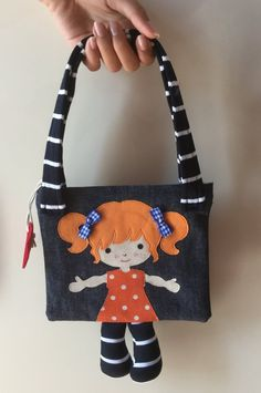 Mini Doll bag bambina capelli rossi - Miaodress Creative Design - Handm - The World of Makeup Fabric Bags, Fabric Dolls, Girls With Red Hair, Kids Patterns, Knitting Patterns, Patchwork Bags, Denim Bag, Girls Bags, Love Sewing