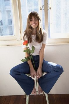 Model Anthea Page in tribute to Jane Birkin, loving the wide jeans with a plain t-shirt look Image Fashion, 70s Fashion, Fashion Outfits, Trendy Fashion, 70s Outfits, Icon Fashion, Jeans Fashion, Fashion Stylist, Spring Fashion
