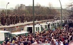 Centenas de guardas de fronteira da Alemanha Oriental ficam em cima do Muro de Berlim no Portão de Brandemburgo em frente a milhares de berlinenses ocidentais em Berlim, em foto de arquivo do dia 11 de novembro de 1989