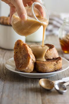 Gingerbread French Toast with Cinnamon Honey Sauce. Super easy Christmas breakfast idea | happyfoodstube.com