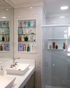 O Banheiro do casal com duas cubas e nichos oferecem  funcionalidade no dia-a-dia. O porcelanato carrara na parede transmite amplitude e elegância.