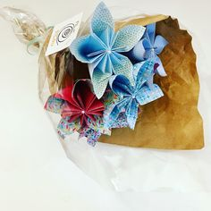 Bouquet de fleur en origami, cadeau de Noël joli et original Gift Wrapping, Gifts, Bunch Of Flowers, Pretty, Gift Wrapping Paper, Presents, Wrapping Gifts, Favors, Gift Packaging