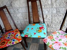 Recouvrir les assises de vieilles chaises et les repeindre dans des couleurs funky pour les remettre au goût du jour et se faire une déco à moindres frais ! bon plan