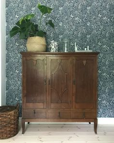 "119 tykkäystä, 3 kommenttia - Solvik341 (@solvik341) Instagramissa: ""Så glad för den här tapeten, den har blivit min favorit i hela huset ♡ #nocturne #boråstapeter…"" Glad, Nocturne, Buffet, Cabinet, Storage, Furniture, Home Decor, Clothes Stand, Purse Storage"