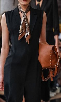 Trussardi, Elegant tailoring and neck scarf. Trussardi, Elegant tailoring and neck scarf. Work Fashion, Fashion Outfits, Womens Fashion, Fashion Trends, Mode Style, Style Me, Girl Style, Look Street Style, Winter Mode