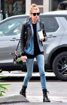 Stella Maxwell apostou em jeans e jaqueta de couro para compor um look nada básico. Aposte nos coturnos e camiseta preta.