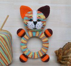 Котик Кругляш погремушка на деревянном кольце вязаная крючком - купить или заказать в интернет-магазине на Ярмарке Мастеров   Радужный веселый котенок появился сегодня на…