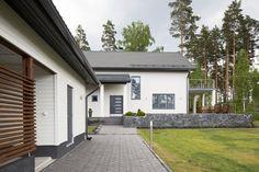 Pihakäytävä ohjaa taloon sisään, lisää ideoita www.lammi-kivitalot.fi Future House, My House, Outdoor Living, Outdoor Decor, Habitats, House Plans, Garage Doors, Goals, Garden