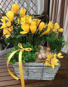 Easter Flower Decorations & Centerpieces that'll spreads the festive charm in the most beautiful way - Hike n Dip Easter Plants, Easter Flowers, Basket Flower Arrangements, Tulips In Vase, Plant Basket, Easter Table, Flower Boxes, Flower Decorations, Spring Decorations