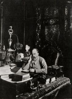 Émile Zola dans son cabinet de travail, rue de Bruxelles  Paris, BnF, Département des Estampes et de la Photographie