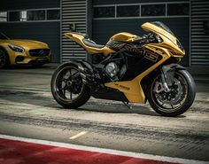 """Mercedes-AMG and MV Agusta are strengthening their partnership ties with a jointly designed show bike. The spectacular MV Agusta 800 is painted in the exclusive color """"AMG solar beam"""" and as such adopts the color concept of the Mercedes-AMG GT. Mercedes Amg, Mercedes Benz Dealer, Mv Agusta, Concept Motorcycles, Cool Motorcycles, Super Bikes, Moto Scrambler, Side Car, Ride Out"""