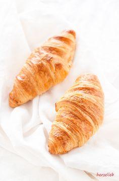 Selbstgebackene, französische  Croissants - ein Rezept von herzelieb.   Dieser Beitrag ist in Kooperation mit @geramont entstanden und enthält Werbung. Die Erinnerung und das Rezept stammen wie immer von mir!  #geramont #cestbon