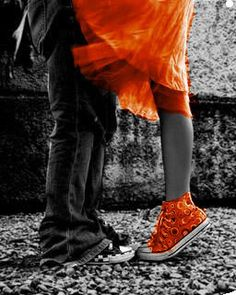 kissing couples - converse 1 1 picture on VisualizeUs Orange Is The New Black, Black N White, Black And White Pictures, Splash Photography, Color Photography, Black And White Photography, Contrast Photography, Color Splash, Color Pop