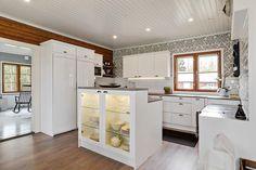 Hirsitalon maalaisromanttinen keittiö on kauniisti remontoitu