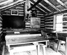 Interior do edifício de troncos de madeira da Escola de Elgie. Réplica construída em 1974. Este edifício é uma reminiscência das primeiras escolas de troncos construídas por colonos Talbot para as crianças, após as casas estarem estabelecidas, e foi construída por volta de 1830. Hoje encontra-se na Fanshawe Pioneer Village, no condado de Middlesex, província de Ontário, Canadá.