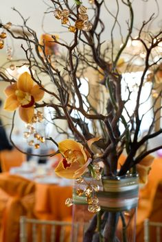 Crea un centro espectacular con ramas, flores de colores otoñales, y cuentas de plástico / Create a spectacular centrepiece with branches, flowers in autumnal colours and plastic beads
