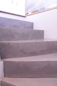 Escalier eb Béton Ciré Gris Clair Polished Concrete on a Staircase - Soft Grey