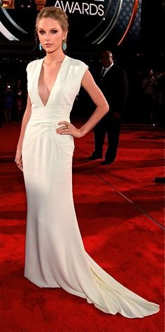 taylor swift, white ralph lauren | Taylor Swift in simple white Ralph Lauren Gown at People's Choice ...