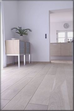 Witte muur met rustige licht bruine vloer