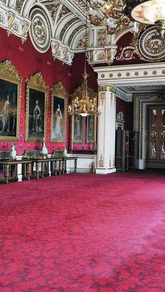 Buckingham Palace Interior, London, England  Una decoración clásica está provista de lujo, ambientes recargados, colores cálidos, pomposidad, suntuosidad, antigüedades, en definitiva un ambiente de historia y romanticismo.