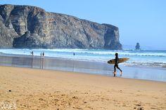 Las mejores playas del Algarve - via Adictos a los Viajes 07.08.2015 | Muchas de estas playas han sido catalogadas como las mejores playas de Portugal, y no es de extrañar, pues la mayoría de ellas son lugares pintorescos y de gran belleza. #algarve #portugal #viajes #turismo Foto: Praia da Arrifana, Algarve