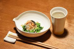 【シャケとじゃこのカリカリ和え】冷蔵庫の中にあったシャケとじゃこをカリカリに炒めて、茹でた蕪の葉の上にのせました。蕪の美味しい季節もあとわずか。春を待ち遠しく思いながら、冬も名残惜しくなっています。今日のお酒は、京都・増田徳兵衞商店の「月の桂」祝米・純米吟醸です。