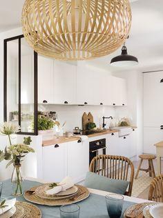 Untitled Panorama6b. Comedor con mantel azul claro junto a la cocina blanca