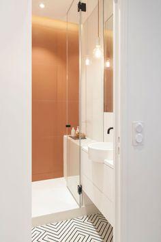Les carrelages donnent du caractère à cette petite salle de bains