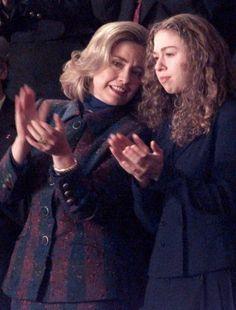 Первая леди США Хиллари Клинтон говорит что-то своей дочери Челси во время прочтения доклада президента США конгрессу о положении в стране 23 января 1996 года. (Luke Frazza / AFP - Getty Images)