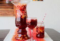 Com a aproximação das festas de Natal e deAno Novo, bate aquela dúvida: além do pernil e do peru, o que mais preparar para a família? O ponche é uma receita sucesso para essas festividades e, além disso, é uma bebida nutritiva, afinal, é praticamente uma salada de frutas! Nossa receita é sem álcool, pois ... Non Alcoholic Cocktails, Cocktail Drinks, Fun Drinks, Healthy Drinks, New Year's Food, Love Eat, Alcohol Free, Brunch, Food And Drink