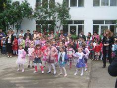 1 Mai 1975 - Grădiniţa nr. 64 îşi deschide porţile pentru a primi copiii preşcolari dintr-unul din cartierele tinere ale oraşului. Sunt 4 grupe cu program