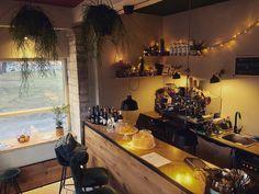 Kiosk no 1 on yksi Tallinnan pienistä kahvilaihanuuksista. Se sijaitsee Schnelli-puiston kupeessa Toompealla. Reilun 13 neliön tilaihmeessä on pientä suolaista ja makeaa sekä tietysti kahvia. Kiosk, Corner Desk, Conference Room, Table, Furniture, Home Decor, Corner Table, Decoration Home, Room Decor