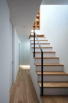 木製ルーバーを使った家・間取り(大阪府大阪市) | 注文住宅なら建築設計事務所 フリーダムアーキテクツデザイン Floor Design, House Design, Stair Handrail, House Stairs, Staircase Design, Little Houses, Stairways, Decoration, Interior