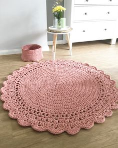 DIY knitted round rugs: gorgeous models for your home - Dekoration Ideen Diy Crochet Rug, Crochet Coaster Pattern, Knit Rug, Crochet Rug Patterns, Crochet Carpet, Crochet Home Decor, Cute Crochet, Doily Patterns, Hello Kitty Crochet