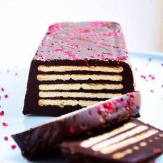 Glem alt om palmin og rå æggeblommer! Denne kiksekage er lavet med kondenseret mælk og masser af lækker chokolade.