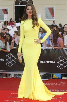 Imponente Juana Acosta. Le sentaba como un guante este deslumbrante vestido amarillo de manga larga de Lorenzo Caprile. Lo llevó con clutch dorado y joyas de Bárcena.