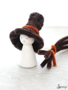 Miniature hats for crafts, dolls, peg dolls, decorating, christmas ornaments, hair clips... All made with pipe cleaners. Simple DIY tutorial.