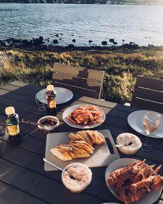 Livets liv på västkusten ☀️ ~ ~ ~ #stylebylovesand #inspobylovesand #skaldjursmiddag #dinnerbytheocean #summertime #nordicliving #hönö…