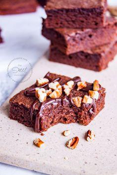 Suaves, humeditos, chocolatosos y súper deliciosos, ¡estos Brownies fáciles y rápidos pronto se convertirán en tu postre preferido! Dessert Recipes, Desserts, Blueberry, Muffins, Bread, Cupcakes, Cookies, Baking, Healthy