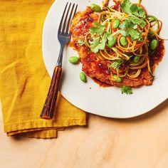 Poulet pané, nouilles de légumes et vinaigrette tao   Ricardo Meat Recipes, Low Carb Recipes, Chicken Recipes, Cooking Recipes, Healthy Recipes, Healthy Food, Vinegar Chicken, Pan Fried Chicken, Vegetable Noodles