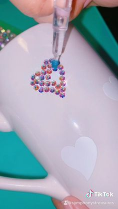 Mug Crafts, Diy Crafts For Gifts, Crafts To Make And Sell, Summer Crafts, Easy Crafts, Bedazzled Liquor Bottles, Hand Art Kids, Resin Jewelry Tutorial, Rhinestone Crafts